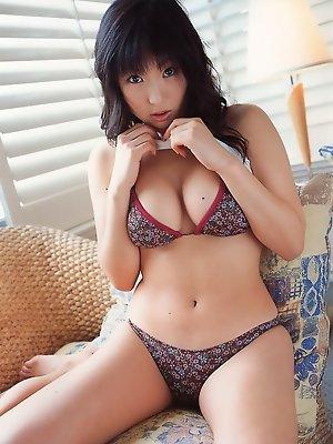 Voluptuous gravure babe shows off her big boobs in a bikini
